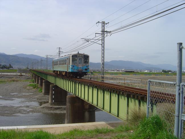 重信川と電車縮小