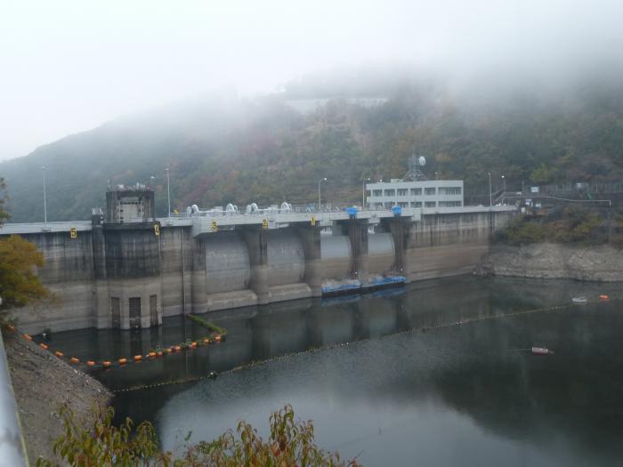 濃霧の鹿野川ダム縮小