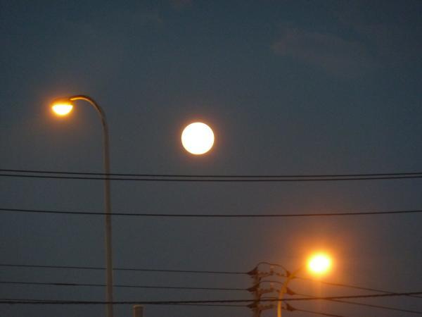 満月と街灯縮小