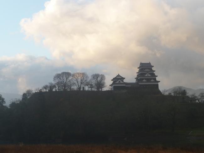 逆光の大洲城縮小