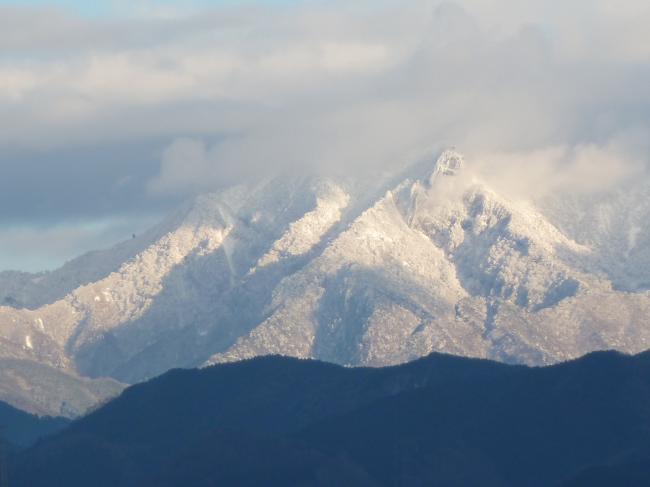 雲に覆われる石鎚山縮小