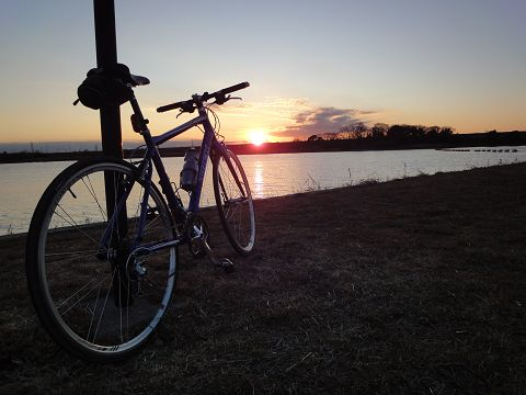 彩湖の夕日