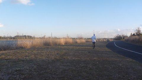 彩湖を走る