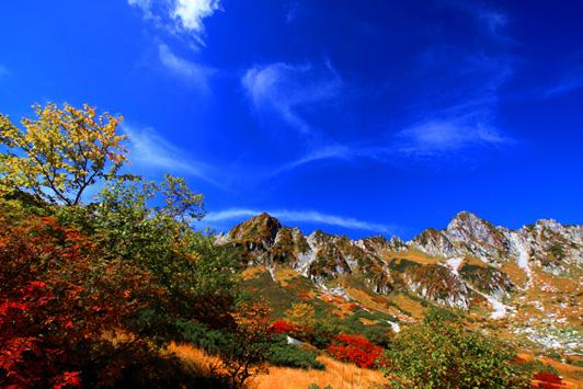 雲と紅葉と宝剣