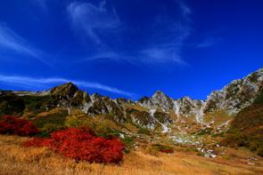 雲と紅葉と峰