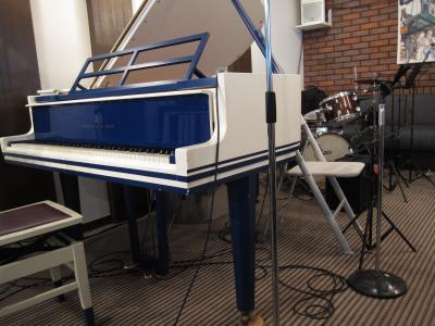ツートンカラーのピアノ