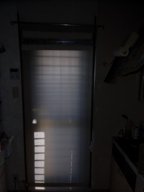 やはり室内が明るくなります。アルミ勝手口ドアに簡単断熱方法で