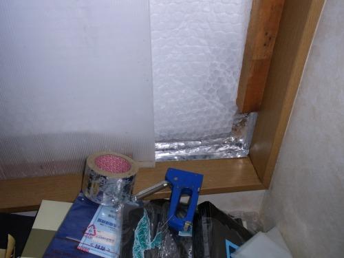窓の外断熱に屋内側に荷造り用プチプチとプラダン