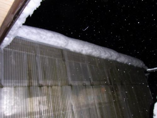 車庫の雪を確認して雪おろし決意