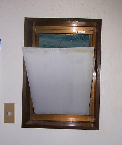昨日記事は・嵌め殺し窓のガラスを取って、網戸にしてます。