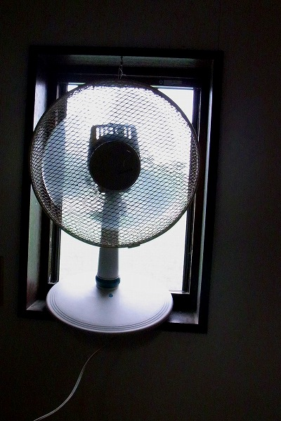 脱冷房で扇風機吊り下げ