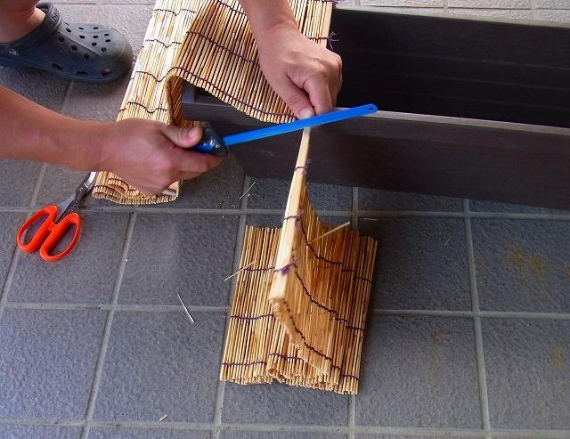 網戸幅よりすだれを選んで、網戸幅に合わせて簾(すだれ)を切ります4