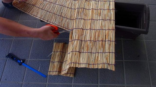 網戸幅よりすだれを選んで、網戸幅に合わせて簾(すだれ)を切ります3