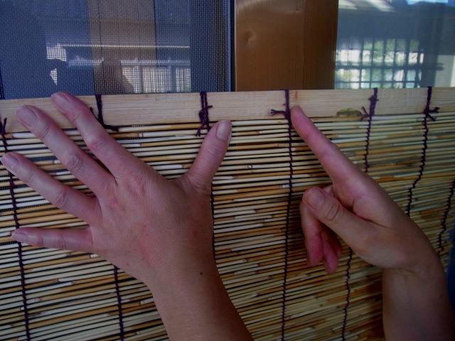 網戸幅よりすだれを選んで、網戸幅に合わせて簾(すだれ)を切ります1