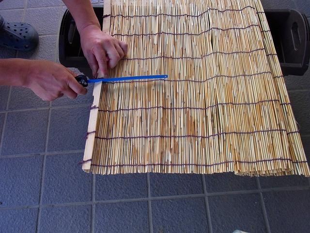 網戸幅よりすだれを選んで、網戸幅に合わせて簾(すだれ)を切ります-