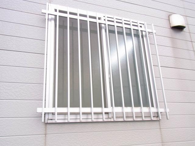コンビニの窓の防犯アルミ柵1