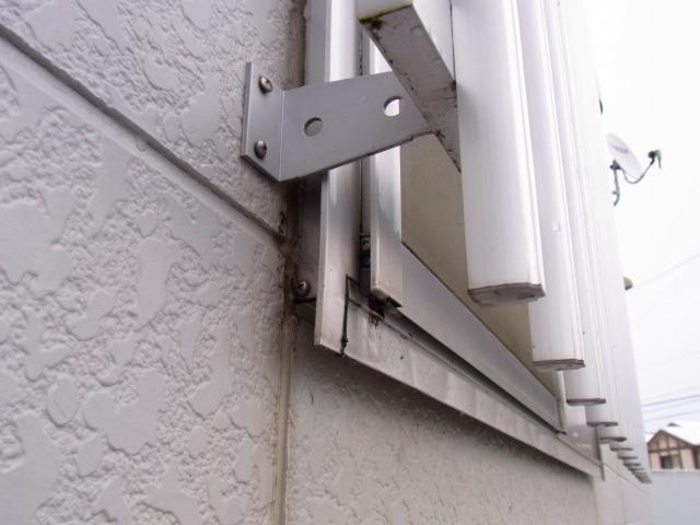 コンビニの窓の防犯アルミ柵2