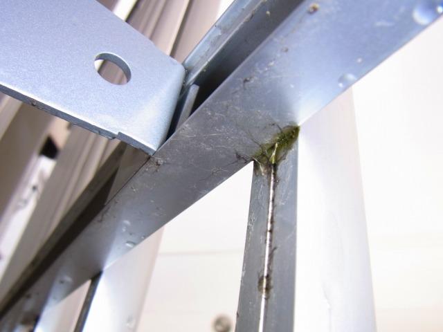 コンビニの窓の防犯アルミ柵3
