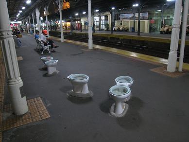 駅ホームベンチ