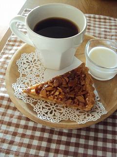 アーモンドタルトでお茶を!