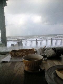 冬の海のカフェ