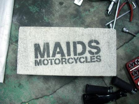 MAIDS 工場 ロゴ