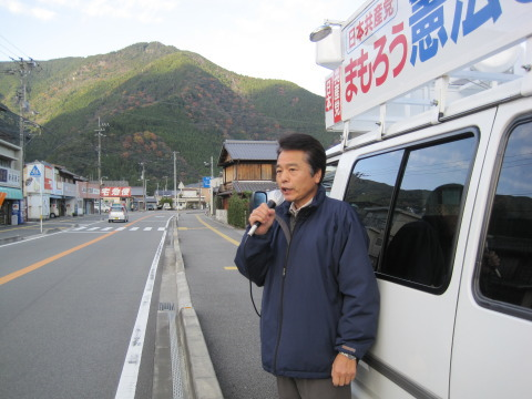 那賀町議新居さんとバックは、那賀富士?古田元則さん撮影