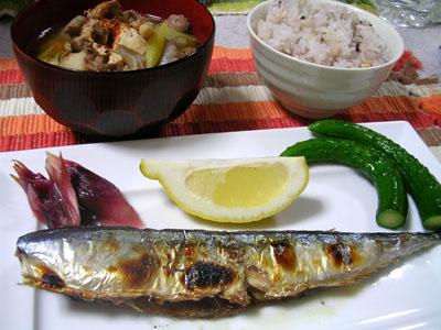 090924サンマ、ミョウガの甘酢漬け、きゅうりの漬けもの、芋煮、雑穀ご飯