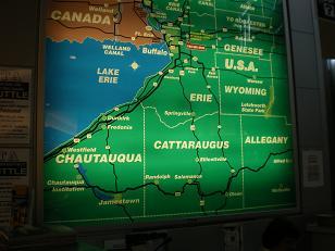 この空港にあった アメリカとカナダの地図の真ん中あたりがナイアガラの滝です