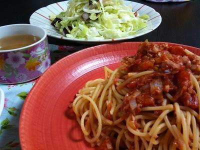 ツナと長ネギのトマトチーズパスタ+キャベツとタコのオリーブサラダ+じゃがいもとソーセージのコンソメスープ