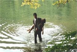 川島澪香を抱いて湖から上がる辰波