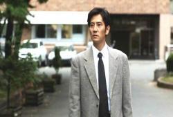 岡セイジの事務所ビルの前で立ち止まる辰波京介