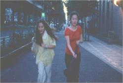 渋谷を走る二人
