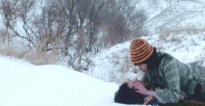 雪の中でワタナベを押し倒し