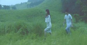足早に歩く直子を追いかけるワタナベ