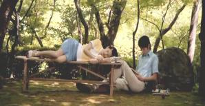 森の中。読書するワタナベ。昼寝するハツミ。