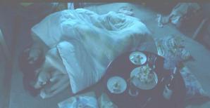 ひとつの布団で寝ている二人