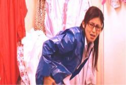 生徒の代わりに風俗店でミニスカポリスの格好している星川先生