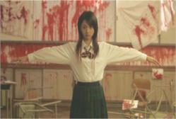 血だらけの教室で手を広げているヨーコ