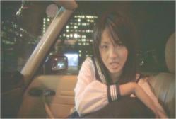 知り合いの女性の車でドライブ中のヨーコ