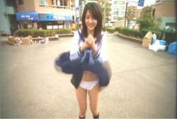 突然、乙女になったヨーコに悪戯な風がスカートをふわり