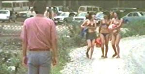 すれ違う、ビキニの水着の女の子たち