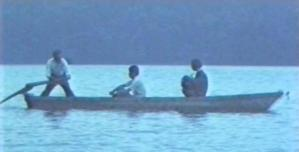 ボートで護送中の少年
