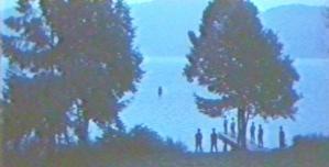 湖でボートを待っている警察