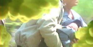 アキが地獄から見ている、赤ん坊が生形家に届けられる様子