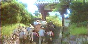 村人たち、赤ん坊を連れて生形家に到着。