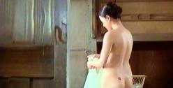 風呂上りのアキ。赤い尻のあざ。