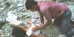 倒れたレイコの胸を触る忠夫