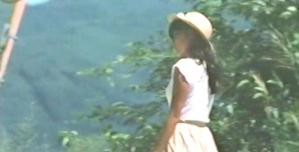 夏服のレイコ、忠夫の前をを歩いている