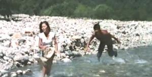 川に出て、忠雄から必死に逃げるレイコ